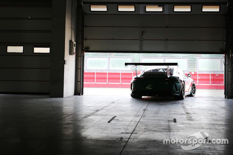 Una Porsche 911 GT3 Cup esce dal garage