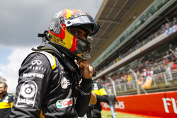 Carlos Sainz Jr., Renault Sport F1 Team, on the grid