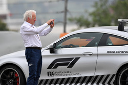Charlie Whiting, FIA Delegate observes the scene of the Brendon Hartley, Scuderia Toro Rosso STR13 c