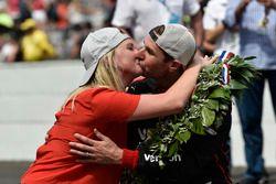 Will Power and Liz Power en la línea de la victoria, Team Penske Chevrolet
