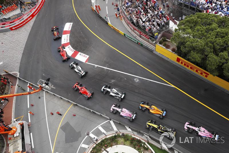 Daniel Ricciardo, Red Bull Racing RB14, leads Sebastian Vettel, Ferrari SF71H, Lewis Hamilton, Mercedes AMG F1 W09