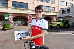 Charles Leclerc, Sauber con una foto firmada por Sebastian Vettel, Ferrari de los test de F1