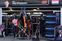 Los mecánicos de Red Bull Racing trabajan en el automóvil de Max Verstappen, Red Bull Racing RB14