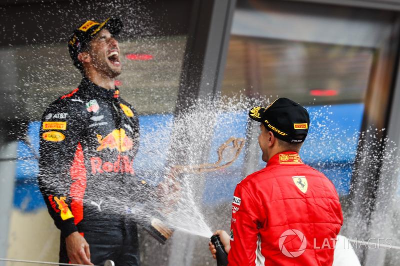 El ganador de la carrera Daniel Ricciardo, Red Bull Racing, está rociado con Champagne
