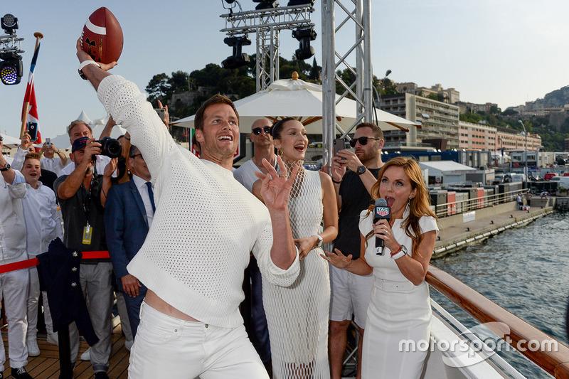 Tom Brady jugador de futbol americano lanza un pase