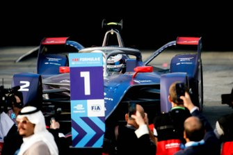 El ganador de la carrera Sam Bird, Virgin Racing, Audi e-tron FE06 llega al podio