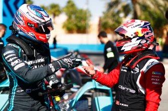 Mitch Evans, Jaguar Racing, Jaguar I-Type 4, parla con Sébastien Buemi, Nissan e.Dams, Nissan IMO2, in the pits
