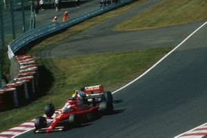Alain Prost, Ferrari 641 y Ayrton Senna, McLaren MP4/5B colisionan en la salida