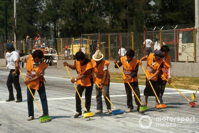 Los comisarios limpiando la pista