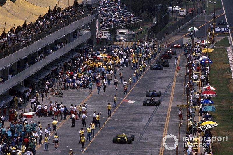 Los coches salen de los boxes para prepararse para la salida