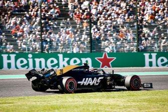 Поврежденный автомобиль Haas F1 Team VF-19 Кевина Магнуссена