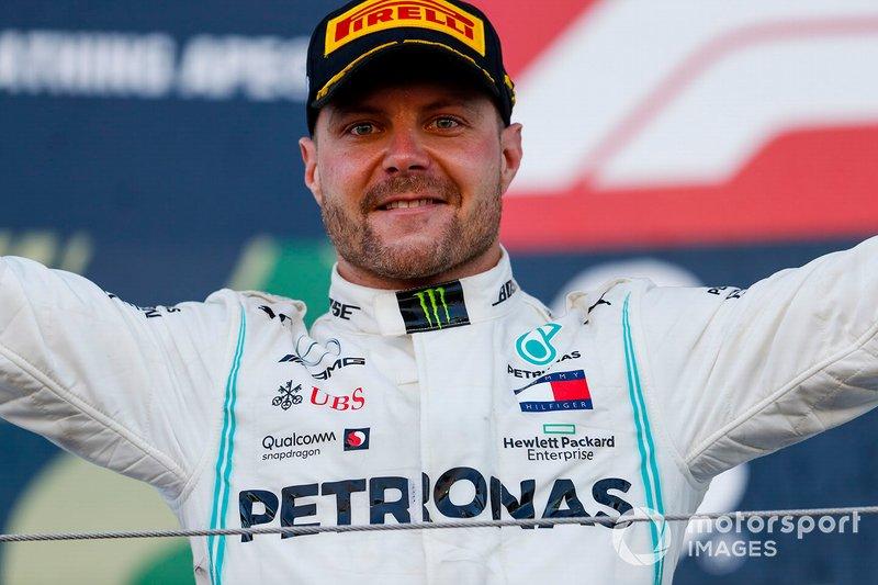 Le vainqueur Valtteri Bottas, Mercedes AMG F1 fête sa victoire sur le podium