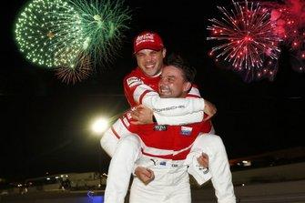 #912 Porsche GT Team Porsche 911 RSR: Earl Bamber, Laurens Vanthoor, Mathieu Jaminet festeggiano