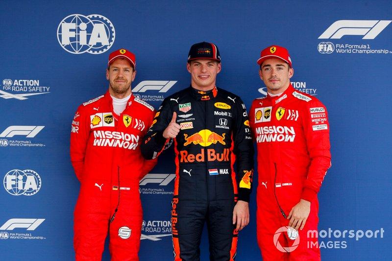 Sebastian Vettel, Ferrari, il poleman Max Verstappen, Red Bull Racing e Charles Leclerc, Ferrari, nel parc chiuso
