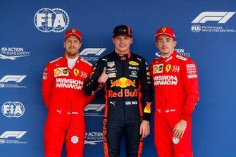 Sebastian Vettel, Ferrari, Polesitter Max Verstappen, Red Bull Racing en Charles Leclerc, Ferrari in Parc Ferme