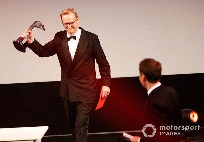 Ari Vatanen entrega el premio al mejor piloto de rally del año