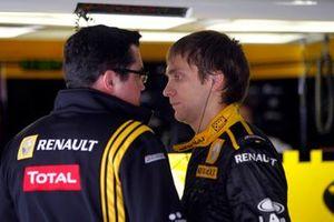 Vitaly Petrov, Renault F1 Team, con Eric Boullier, Director del equipo Renault F1 Team