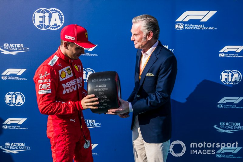 Charles Leclerc, Ferrari, riceve il Pirelli Pole Position Award del 2019 da Sean Bratches, Managing Director of Commercial Operations, Formula One Group