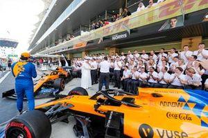 Carlos Sainz Jr, McLaren, Zak Brown, Director Ejecutivo, McLaren, y el equipo McLaren 2019