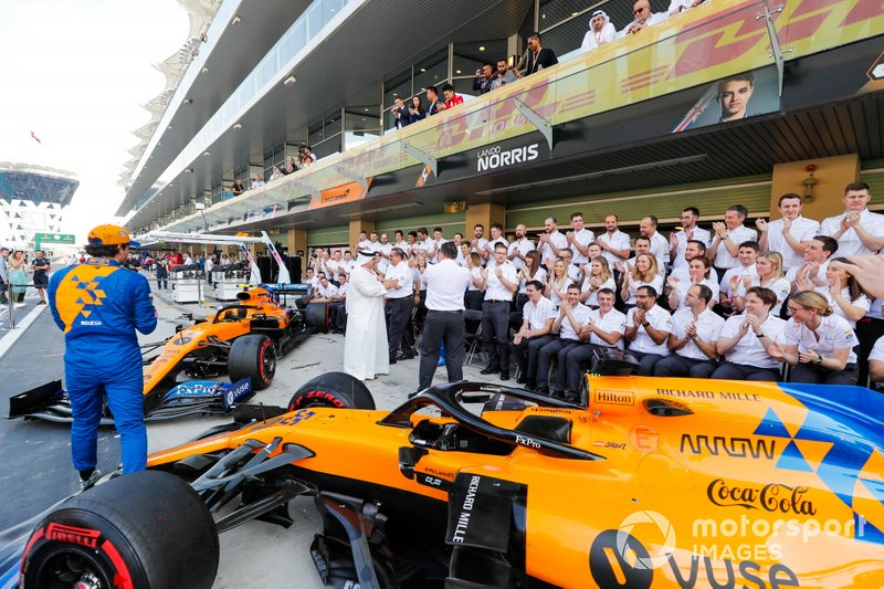 Carlos Sainz Jr., McLaren, Zak Brown, Executive Director, McLaren, e il team McLaren 2019