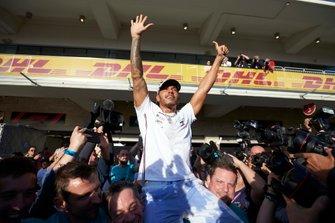 Lewis Hamilton, Mercedes AMG F1, avec un Union Jack lors des festivités de son sixième titre de Champion du monde