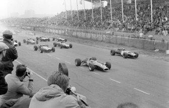 Graham Hill, Lotus 49 Ford precede Jack Brabham, Brabham BT19 Repco, al GP d'Olanda del 1967