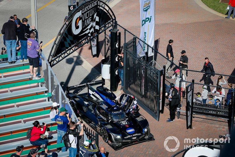 #10 Wayne Taylor Racing Cadillac DPi: Renger Van Der Zande, Ryan Briscoe, Scott Dixon vengono portati alla victory lane