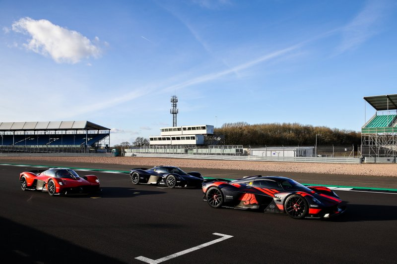 Max Verstappen y Alexander Albon, pilotos de Red Bull Racing, disfrutan del Red Bull Racing Aston Martin Valkyrie