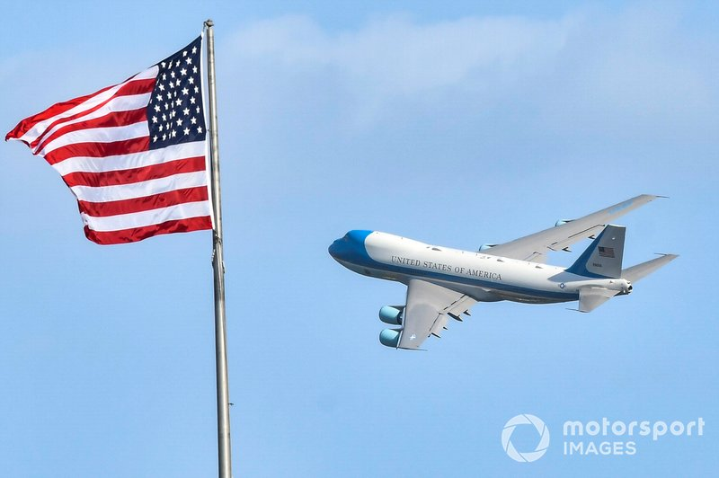 Air Force One, con el Presidente Donald Trump, sale de Daytona.