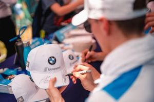 Maximilian Günther, BMW I Andretti Motorsports signs autographs