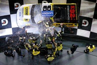 Ganador Grant Enfinger, ThorSport Racing, Ford F-150 Champion/ Curb Records celebra en victory lane
