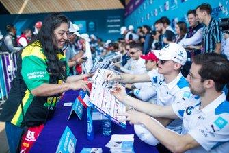 Maximilian Günther, BMW I Andretti Motorsports, Alexander Sims, BMW I Andretti Motorsports sign autographs