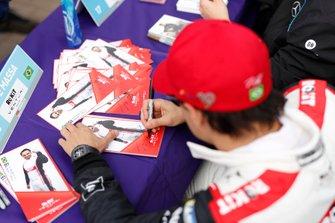 Felipe Massa, Venturi signs autographs