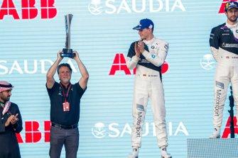 Michael Andretti, Chief Executive Officer Presidente di Andretti Autosport, alza il trofeo dei vincitori, sul podio