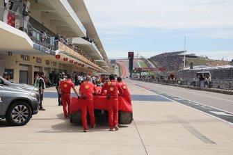 El monoplaza de Charles Leclerc, Ferrari SF90 es llevado al pitlane