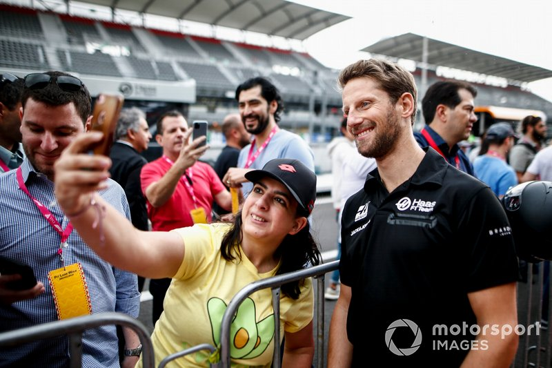 Romain Grosjean, Haas F1 takes a selfie with a fan