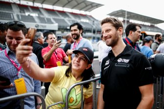 Romain Grosjean, Haas F1 takes a selfie with a fan