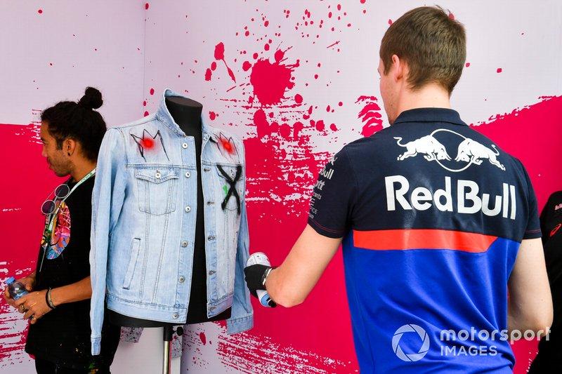 Daniil Kvyat, Toro Rosso, pinta ropa con spray