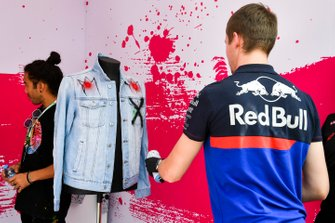 Daniil Kvyat, Toro Rosso spray painting clothing