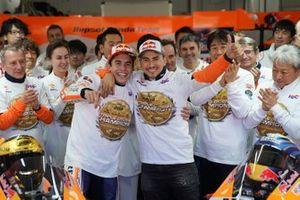 Marc Márquez, Repsol Honda Team, Jorge Lorenzo, Repsol Honda Team celebran con el equipo