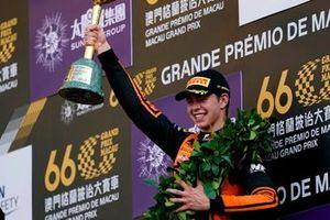 Podium : le vainqueur Richard Verschoor, MP Motorsport