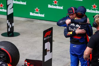 Max Verstappen, Red Bull Racing, 1° classificato, e Pierre Gasly, Toro Rosso, 2° classificato, si congratulano l'un l'altro