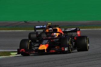 Max Verstappen, Red Bull Racing RB15, y Lando Norris, McLaren MCL34