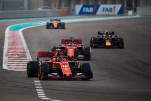 Шарль Леклер и Себастьян Феттель, Ferrari SF90, Александр Элбон, Red Bull Racing RB15, и Карлос Сайнс, McLaren MCL34