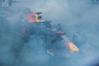 Max Verstappen, Red Bull Racing RB15, secondo classificato, festeggia sgommando