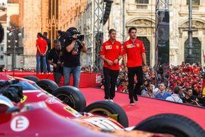 Sebastian Vettel, Ferrari y Charles Leclerc, Ferrari caminan por el escenario