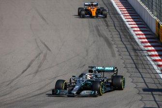 Lewis Hamilton, Mercedes AMG F1 W10, devant Carlos Sainz Jr., McLaren MCL34