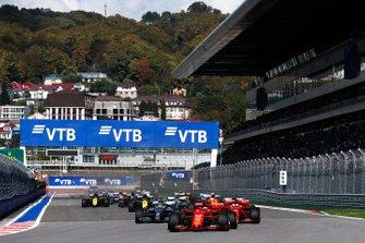 Charles Leclerc, Ferrari SF90, devant Sebastian Vettel, Ferrari SF90, Lewis Hamilton, Mercedes AMG F1 W10, Carlos Sainz Jr., McLaren MCL34, Valtteri Bottas, Mercedes AMG W10, et le reste du peloton au départ