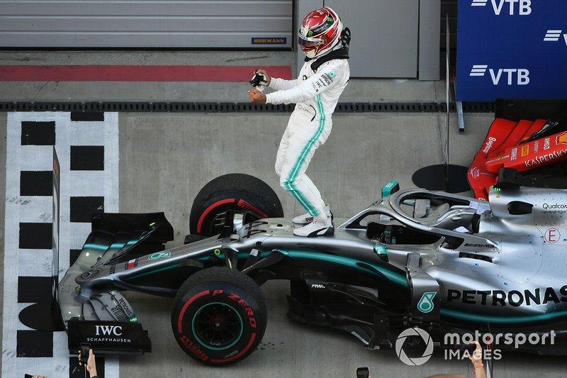Lewis Hamilton, Mercedes AMG F1 W10, primo classificato, festeggia al Parc Ferme
