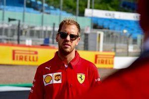 Sebastian Vettel, Ferrari cammina sulla pista con il suo team
